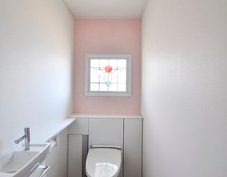 トイレのステンドグラス。の写真
