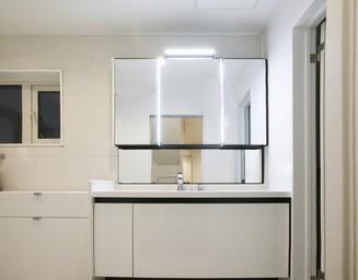 収納力の洗面室。の写真