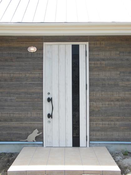 白いドアが印象的です。の写真