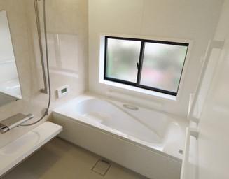 明るい浴室空間です。の写真