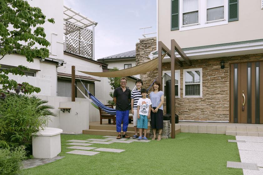 7人家族を繋ぐのは、庭にある「第二のリビング」。の写真