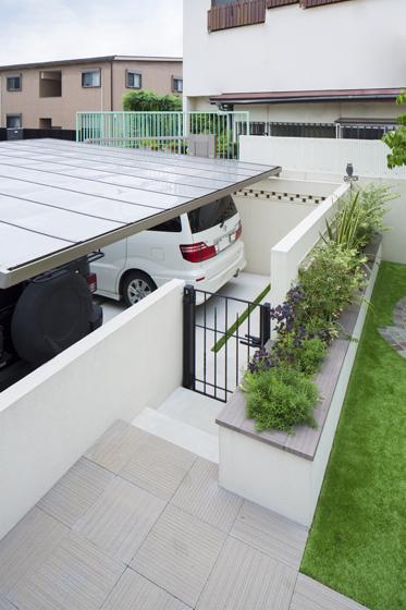 庭からカーポートに直接アプローチできる動線。の写真