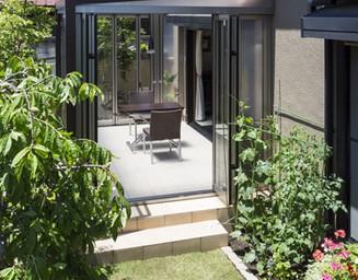 ガーデンルームで、庭が暮らしの一部に。の写真