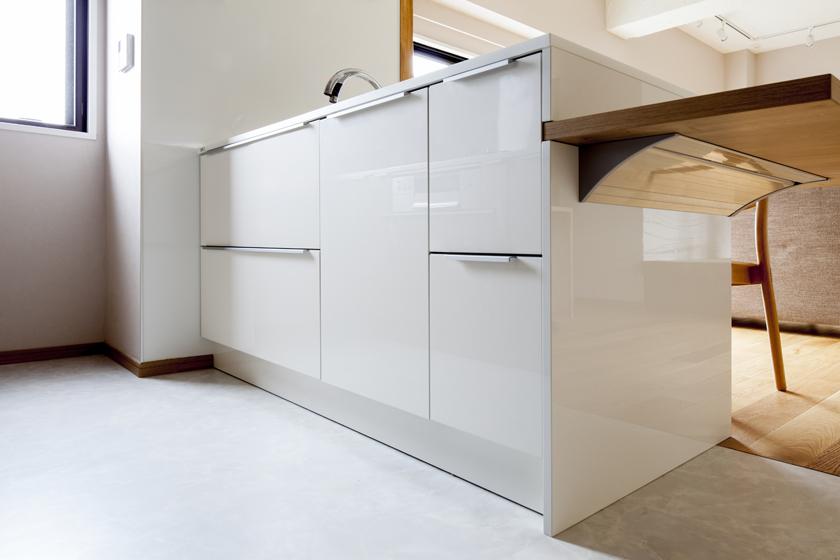 スタイリッシュでアイデア満点のキッチン収納。の写真