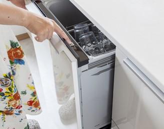 収納の中に隠されたスタイリッシュな食洗機。の写真
