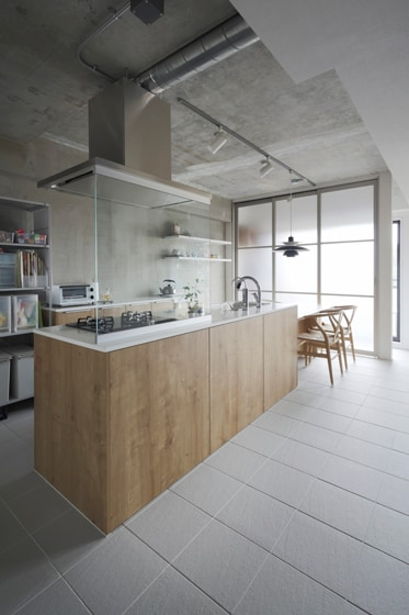 機能美あふれるアイランドキッチンが家の中心に。の写真