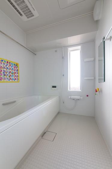水まわりを大幅に変更し、今までより広い浴室に。の写真