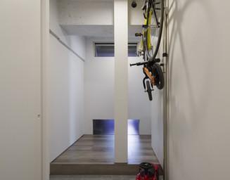 ベビーカーへの乗り降りが楽にできる玄関スペース。の写真