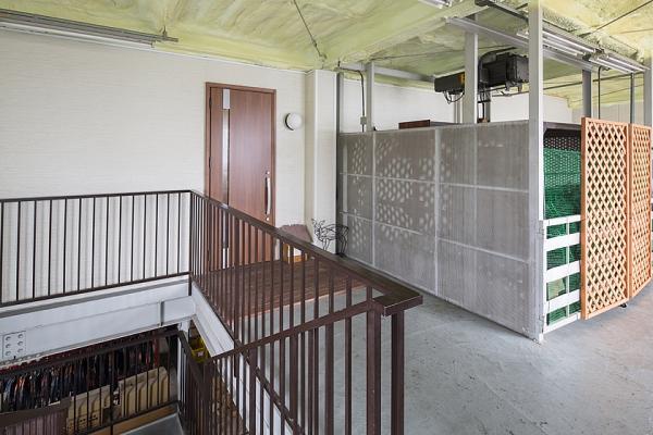 倉庫の中にあるドアを開ければ、快適な住居が。の写真