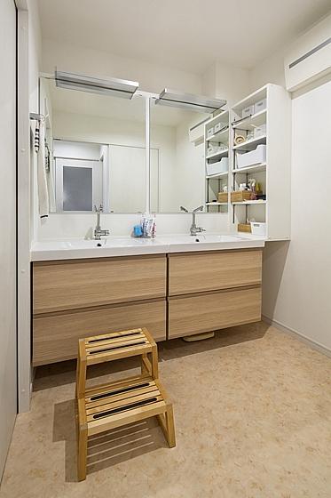 洗面所には朝の混雑を解消するため、ボウルが2連。の写真