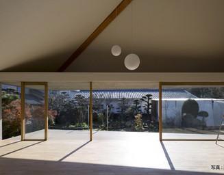 吊り屋根によって実現、パノラミックな庭の景色。の写真