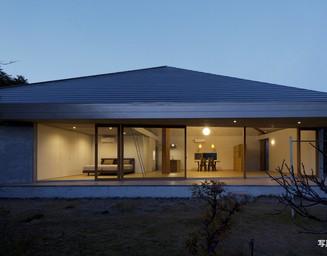 夜、屋根が浮かび上がります。の写真