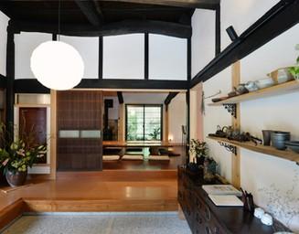 古家ならではの、広い玄関、高い天井。の写真
