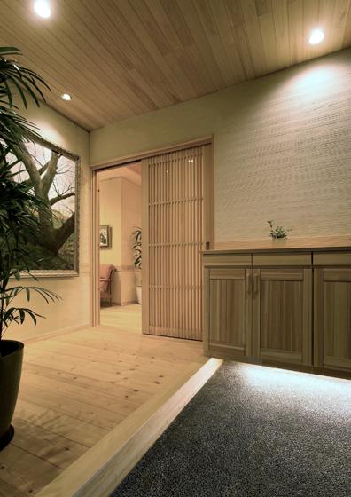 ぬくもりのある玄関まわり。の写真