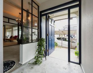 明るくおしゃれなデザインの玄関。の写真