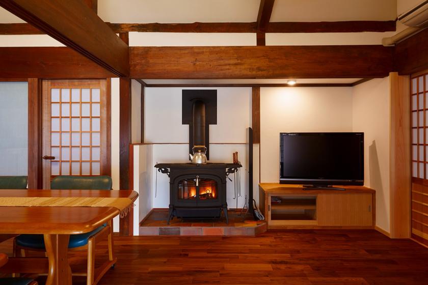家の中心のリビングに薪ストーブを置きました。の写真