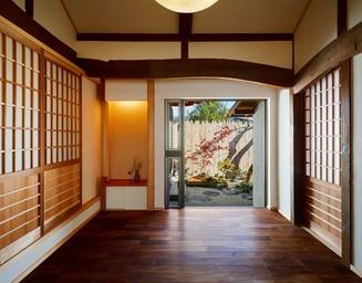 玄関ホールに光を採りれています。の写真