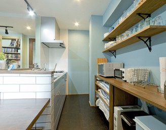 キッチンも青系です。の写真