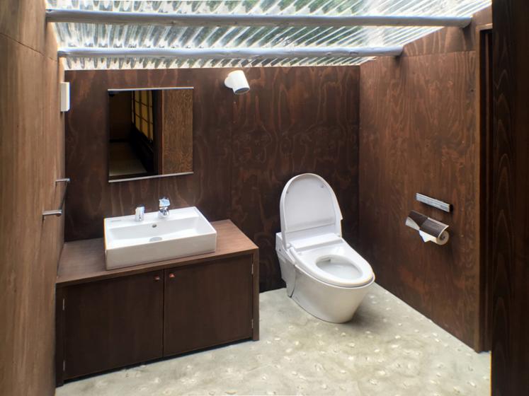 トイレも明るく。の写真