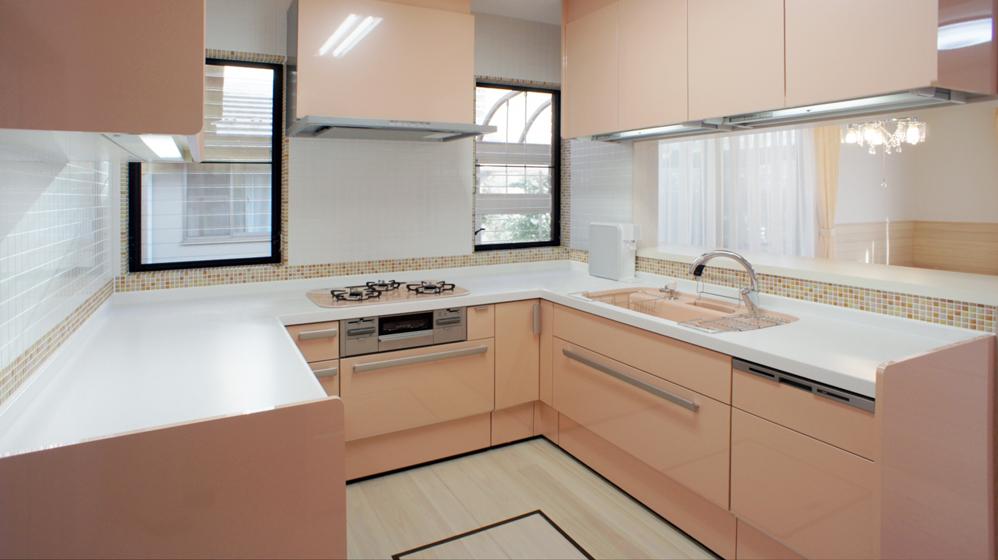 ピンクと白のキッチン。の写真