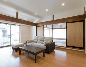 和室とリビングとの間の大きな建具。の写真