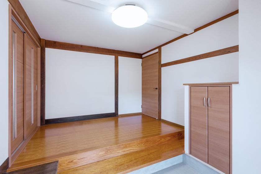 飾り棚を兼ねた収納を設置。の写真