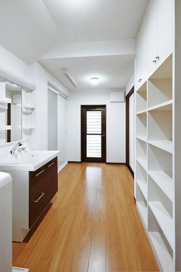 4畳ある洗面室は、キッチンからすぐに入れます。の写真