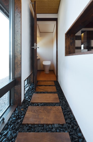 トイレへの廊下にも遊び心があります。の写真