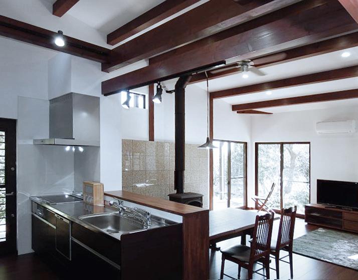床の色とキッチン扉の色を合わせています。の写真