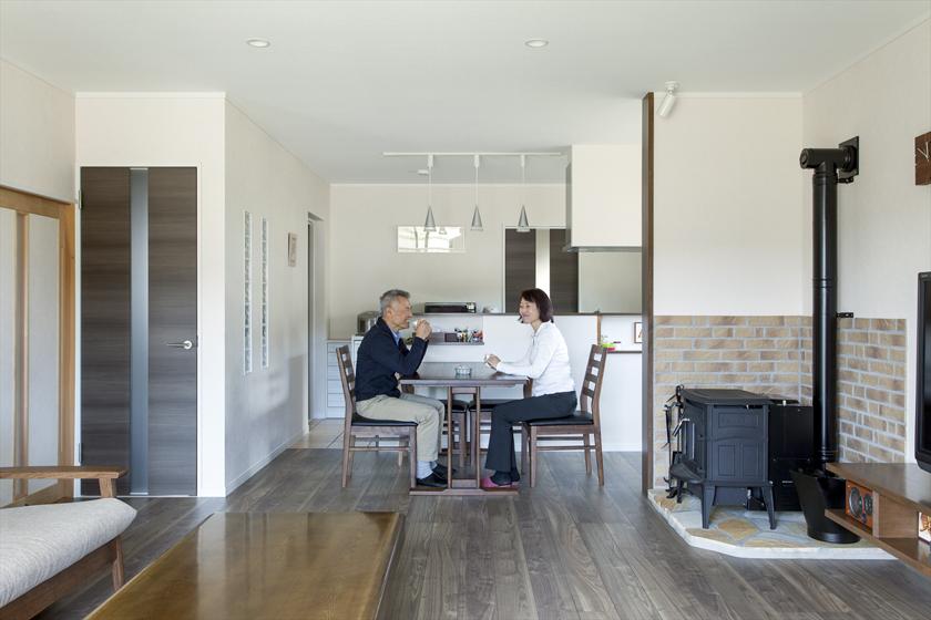 暮らしの中心になった開放的なLDK。家事の時間もくつろぎの時間もお互いが目に入るので、自然に会話が弾みます。の写真