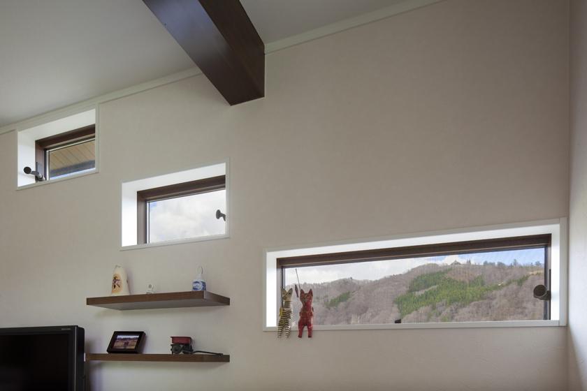 お施主様と設計者のセンスがフィットして生まれた、おしゃれな小窓。の写真