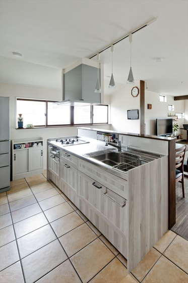 家族と自然に会話でき、効率的に動ける対面型アイランドキッチン。の写真