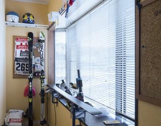 玄関の脇に、スキーのチューンナップルームを新設。の写真