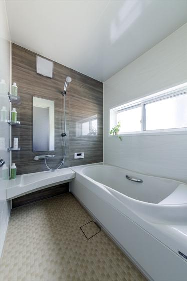 浴槽から壁、窓まで丸ごと断熱化して、追い炊きいらずのあったか浴室に。の写真