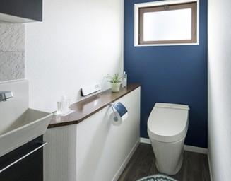収納の整備と素材のチョイスで、トイレもここまでおしゃれに。の写真