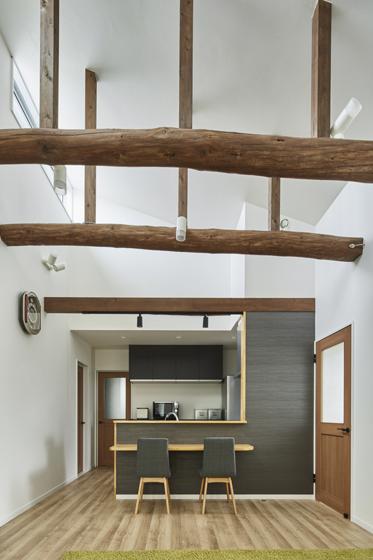 古い家屋の梁も大活躍、吹き抜けの天井がある空間に。の写真