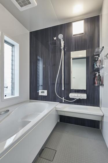 窓が大きく通気性も抜群の浴室で、半身浴を楽しめます。の写真