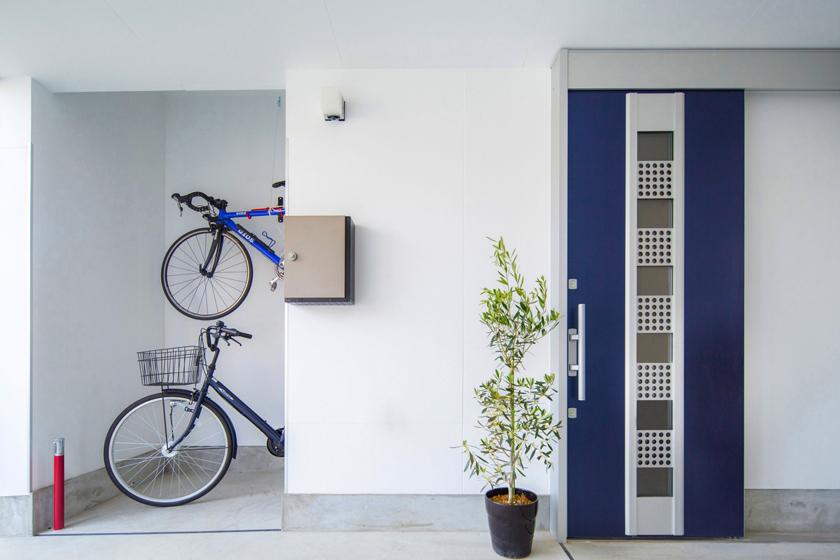 ブルーのカラーで玄関も新しくなりました。の写真