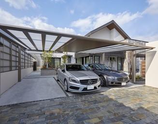 余裕のある広々としたカーポートには、最大5台の乗用車を駐車可能です。の写真