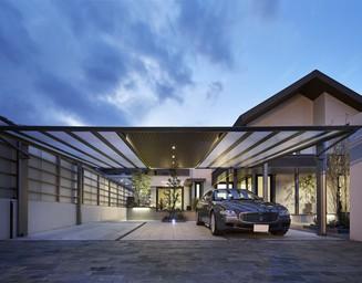 カーポートの天井は、住宅との連動性を図るため木目調を選びました。の写真