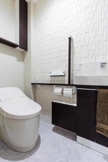 トイレ壁面にもエコカラット。の写真