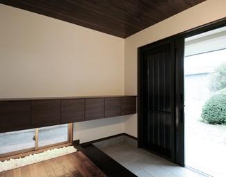 やわらかな光の差し込む玄関ホール。の写真