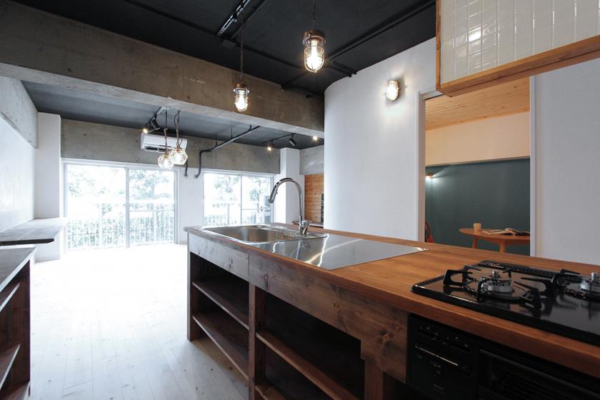 キッチンから眺めるリビングの風景。の写真