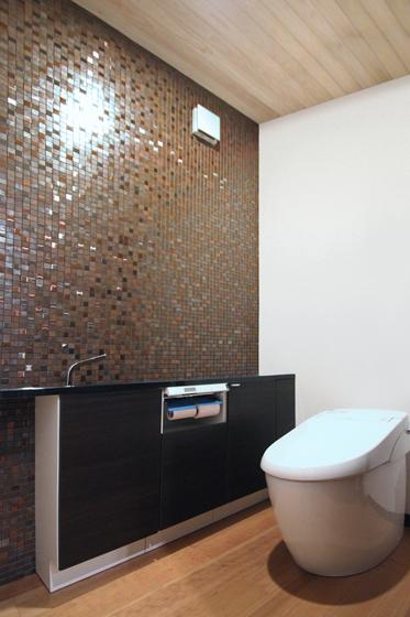 モダンで高級感のあるトイレ。の写真
