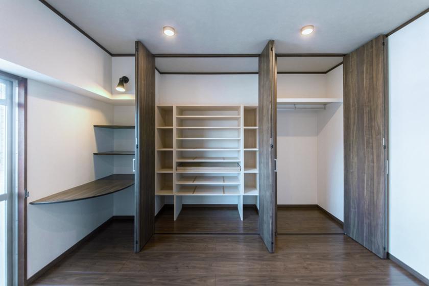 主寝室の収納は和洋に対応。の写真