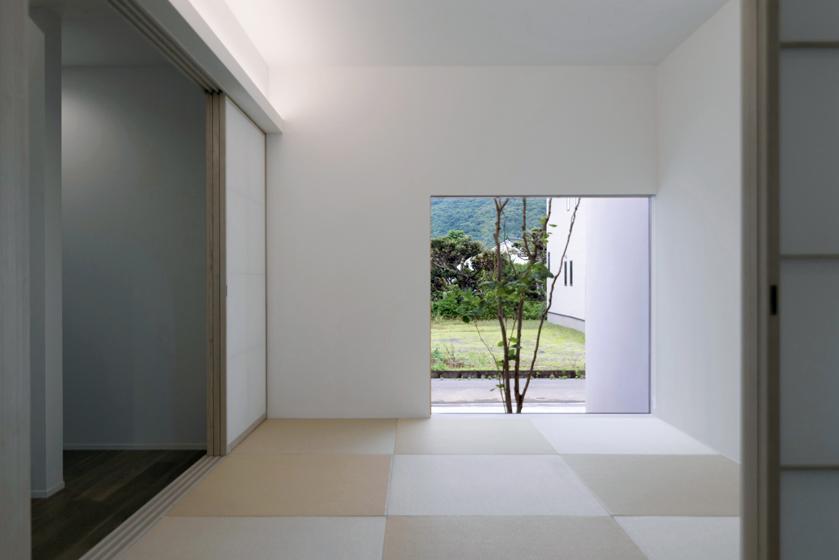 絵画のような眺めを演出する窓。の写真