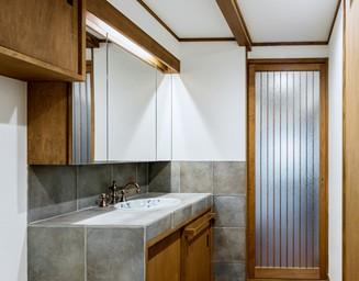 家全体のテイストに合わせて水栓金物もレトロなものを選択。の写真