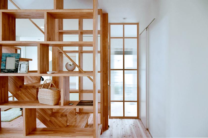 階段の両脇にある本棚もオープン。の写真