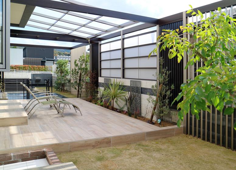 ゆったりと庭でくつろげる空間に。の写真