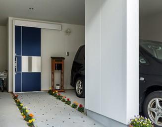 インナーガレージ奥に引戸の玄関を設けました。の写真